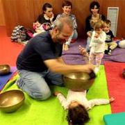 Sons per a nadons: taller sensorial de massatge sonor